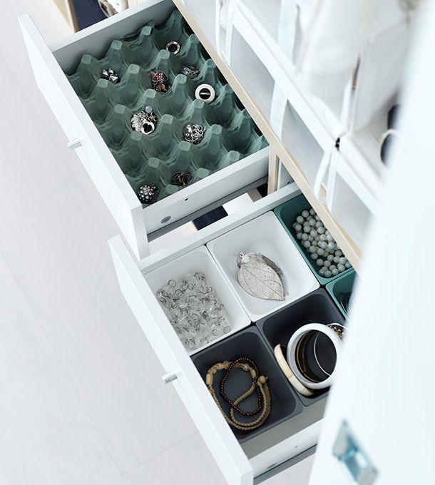 Öppna lådor från IKEA. I den ena finns en stor äggkartong som används för att förvara smycken.