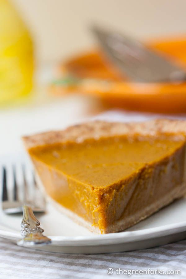HEALTHY Pumpkin Pie- naturally sweetened with maple syrup! #vegan