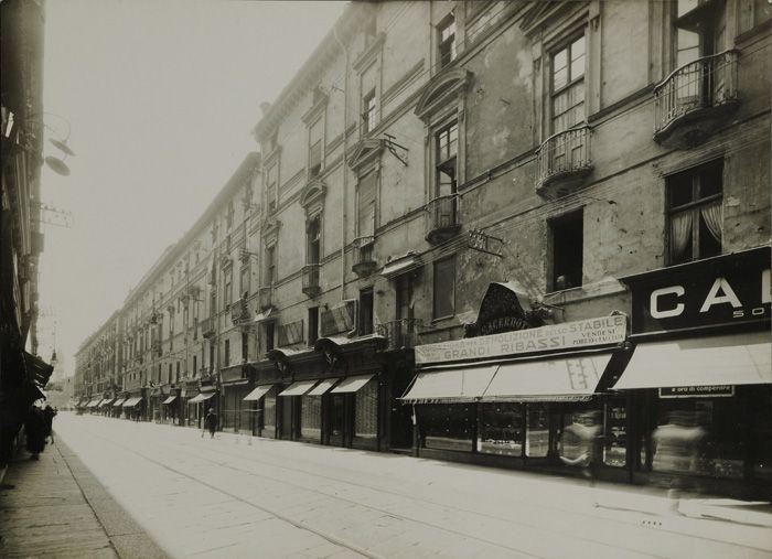 Mario Gabinio: Torino,via Roma primo tratto, cortina occidentale, vista da nord prima delle demolizioni - 1931