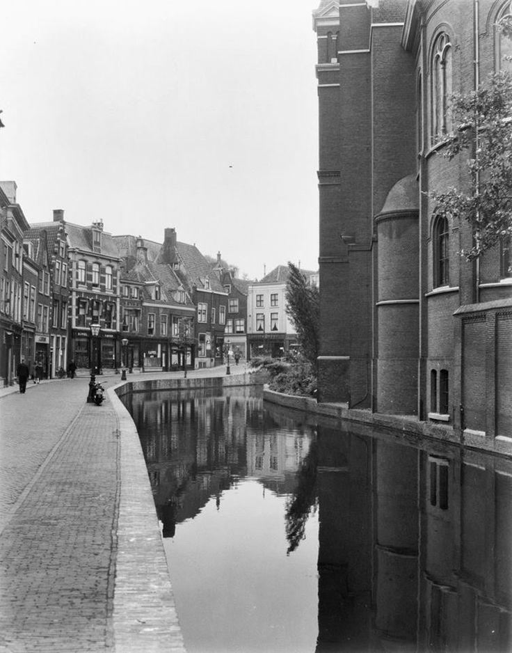 Lange Mare, toen er nog een gracht lag. Leiden, Netherlands
