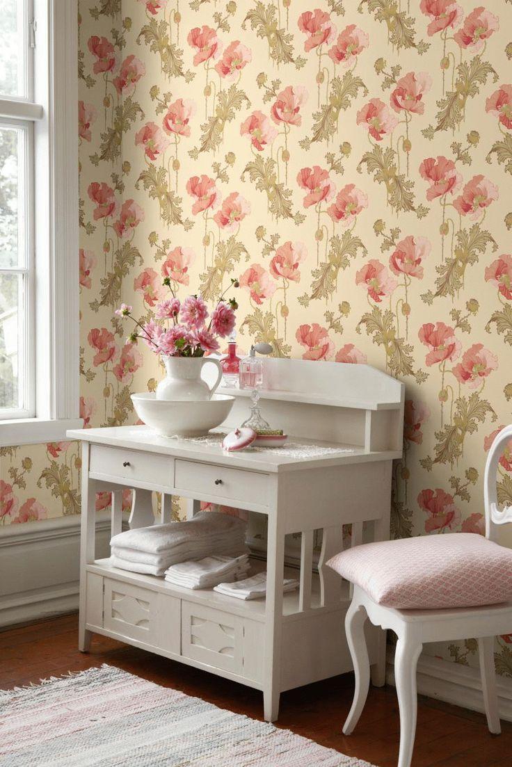 Beige baggrund med  mønster af nogle flotte,  store lyserøde blomster  og grønne blade  fra borås tapet.