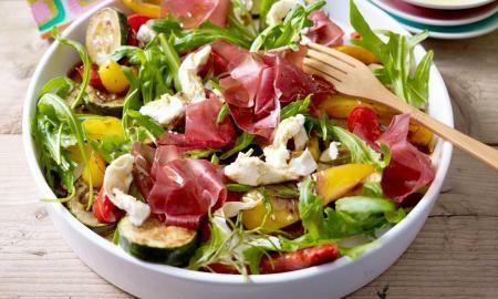 pestrobarevny salat s prosciuttem