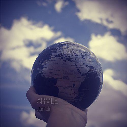 Acceso global: podemos tener la información de cualquier parte del mundo en nuestras manos sin tener que recurrir a nada más que Internet.