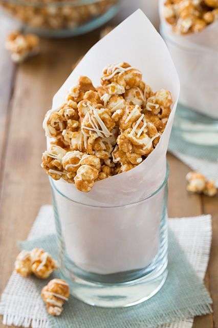 Pumpkin Pie Spice White Chocolate Caramel Popcorn...so making this for movie night this weekend!