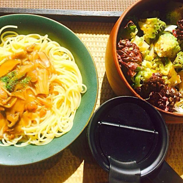 お昼時間がないのでまたレトルトにお世話になりました - 13件のもぐもぐ - レトルトのキノコソースのスパゲティとロマネスコとサニーレタスと玉ねぎのサラダと玄米粉入り大麦スープ by toki69