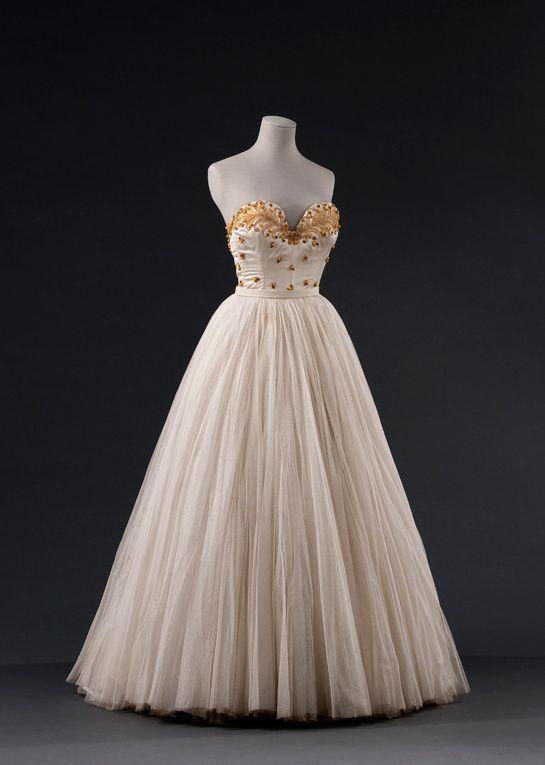 L'exposition sur les années 1950 au Palais Galliera http://www.vogue.fr/mode/news-mode/diaporama/exposition-temporaire-les-annees-50-la-mode-en-france-1947-1957-au-palais-galliera/19542#!6