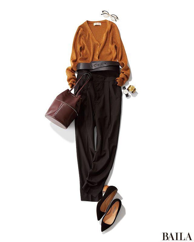 オータムトレンドのマスタード色のカーディガンに、ベーシックなブラックパンツを加えたコーディネートは、涼やかさの中に秋らしいムードが。夏から秋にスイッチングしたい今時期にピッタリです。カーディガンの前を閉めてプルオーバー風に着るアレンジには、インパクトベルトでウエストマークを。一気・・・