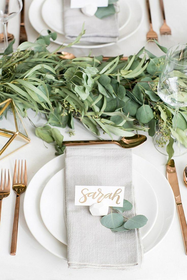 tischdekoration hochzeit elegant gold grün blumen stein platzkarte halter
