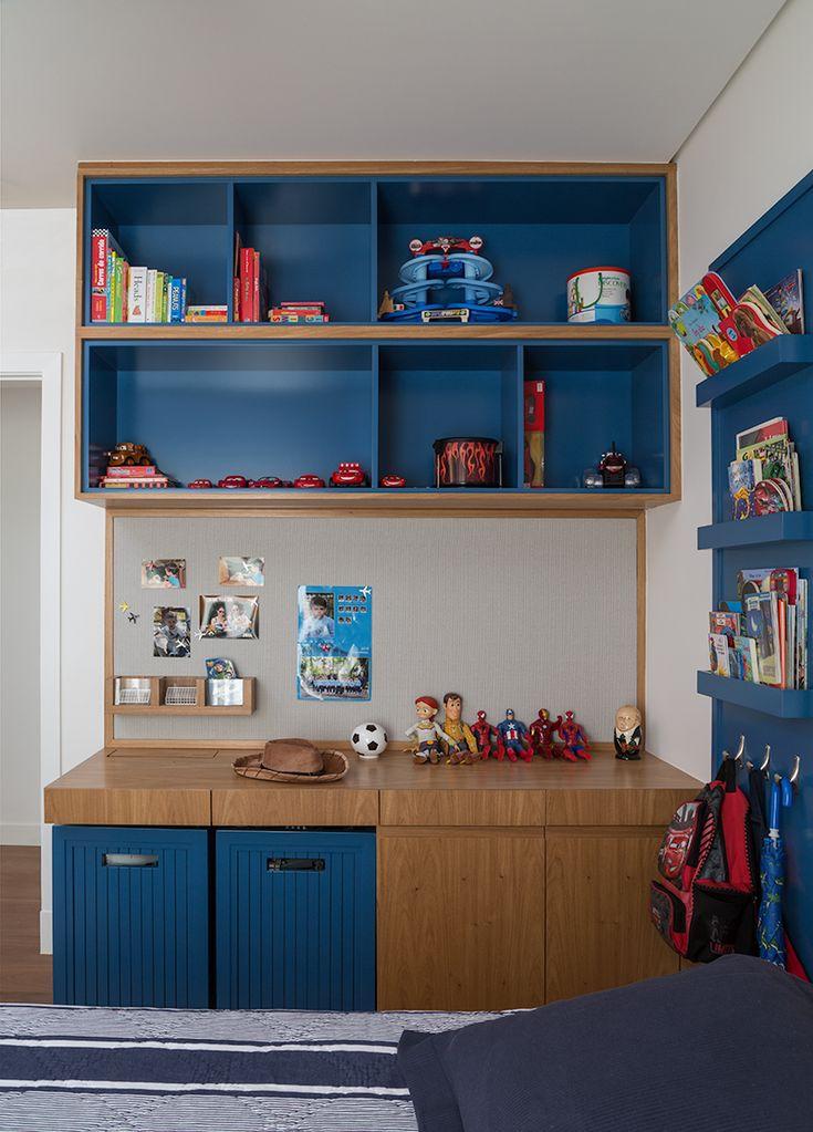 Esse armário de madeira e laca azul, em um quarto de menino, apaixonado por carros, é de um charme digno de elogio, não é mesmo?