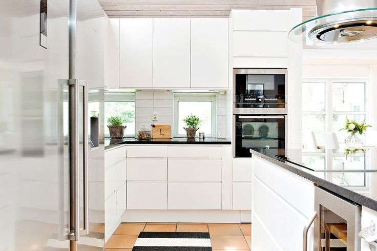 Kök i snygg och tilltalande stil med vita luckor från Ballingslöv och vitvaror i rostfritt från Siemens. Bänkskivorna är i snygg svart granit. Köket är även utrustat med praktisk köksö med samma svarta granitbänkskiva, fläkt från Fjäråskupan och vinkyl från Cava. KÖKSLUCKA: Line vit   Ballingslöv