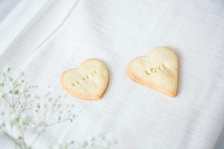 Disse fine cookies med vanilje vil klæde ethvert kagebord, om det så er til bryllup, barnedåb eller noget helt tredje. Personliggør din tekst på cookiesne.