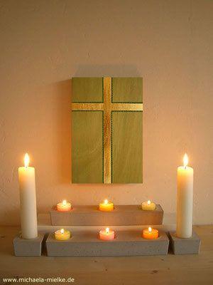 Modernes vergoldetes Holzkreuz, Gebetsecke - Kontemplation, Gebet und Meditation