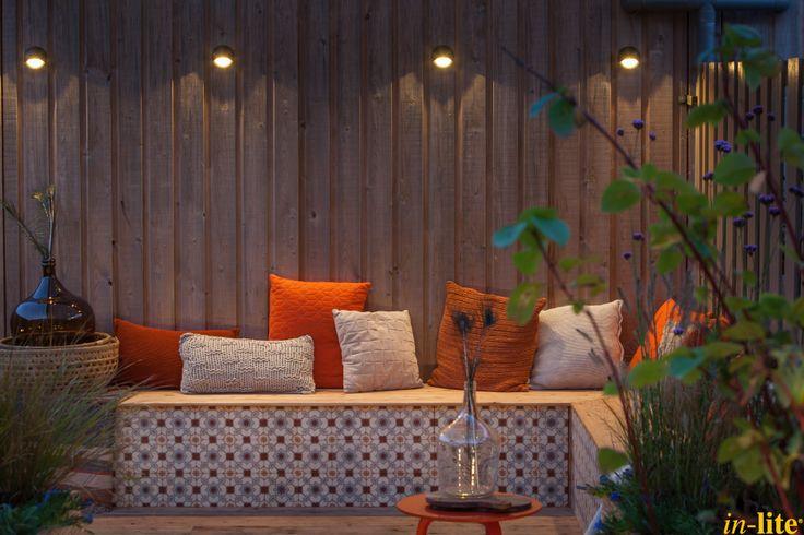 Tuinwand als blikvanger   Houten schutting   Wandlamp BLINK DARK   12V tuinverlichting   Inspiratie   Sfeervol buiten   Outdoor lighting