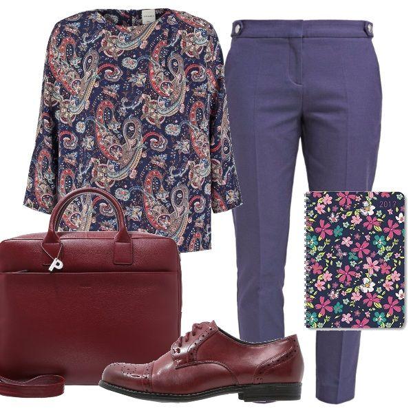 Per un appuntamento di lavoro stile rigoroso: pantaloni indossati su una casacca fantasia, scarpe basse stringate bordeaux come la borsa porta pc. E per non dimenticare nulla lagenda con la copertina a fiori.
