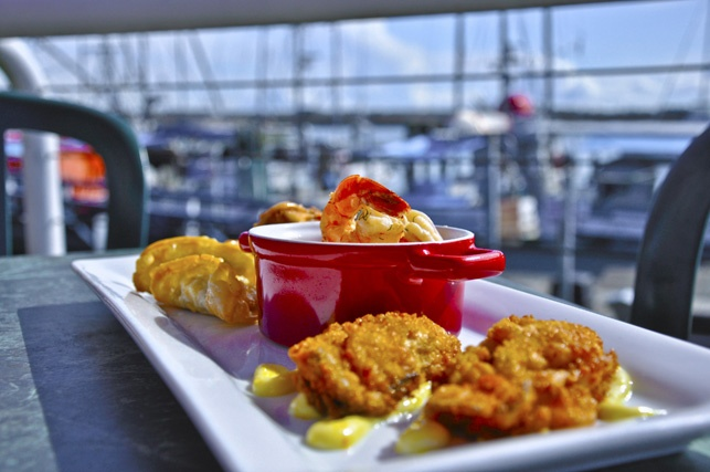 Appetizer Platter:   crab cake(1), seafood spring roll(1), shrimp gyoza(2), pan fried oysters(2), lemon garlic tiger prawns(6), dipping sauces. #stevestonrealestate