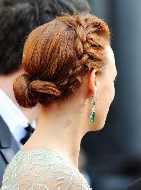 Yunan Saç Örgüsü ve Örgülü Saç Stilleri - Yunan örgünün diğer örgülerden en önemli farkı, saçın kenardan bağlanmaya başlanmasıdır.