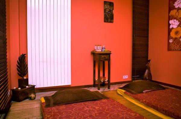 """Salon masażu tajskiego. Pokój dla par. Jedną z kluczowych cech tradycyjnego masażu tajskiego jest blokowanie i odblokowywanie przepływu krwi, zwane jako """"terapia punktów spustowych"""". Kończy się małym masażem głowy (podobnym do indyjskiego), po którym terapeuta palcami zatyka uszy masowanego by przywrócić myśli do rzeczywistości."""