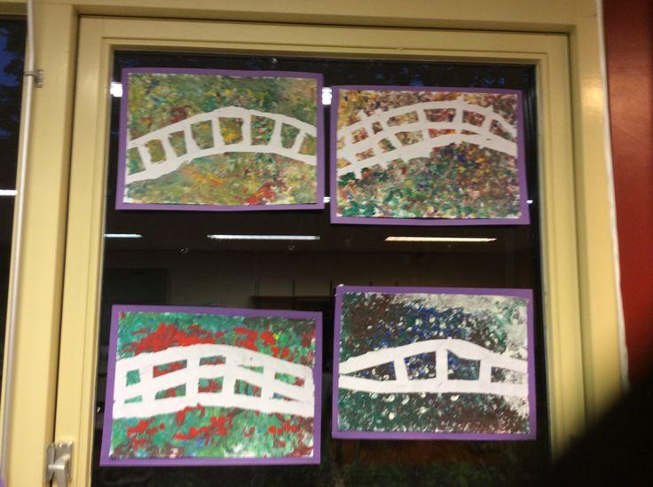 Schilderen als Monet met groep 3 en 4. Door het papier eerst met schilderstape af te plakken en er vervolgens met vingers overheen te verven krijg je dit leuke effect!