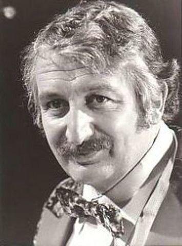Jacques  Fabbri  -----      Jacques Claude Fabbricotti (1925-1997). Il est né à Paris, son père est décorateur. Il fait des études de droit et travaille dans un cabinet juridique, mais attiré par le théâtre, il fait l'école du vieux colombier avec pour professeurs : Michel Vitold...