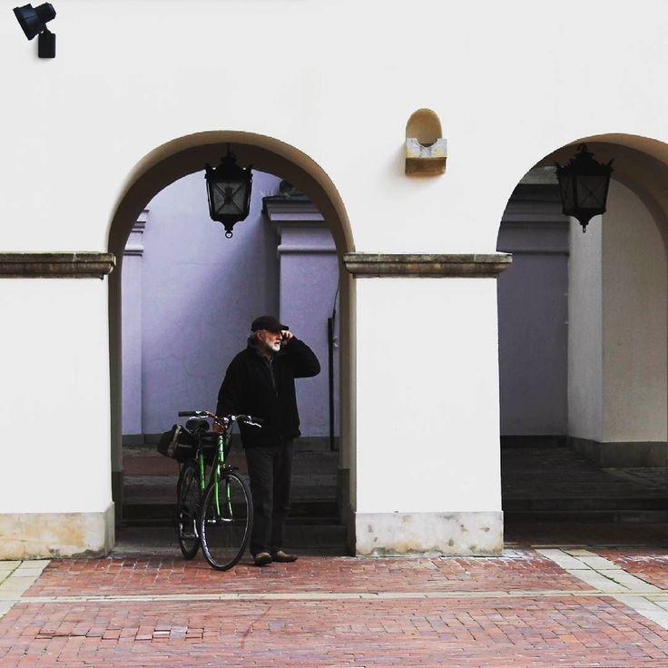 Halo? Weekend? #weekend #oldman #zamość #staruszek #telefon #Polska #Poland #travel #trip #viaggio