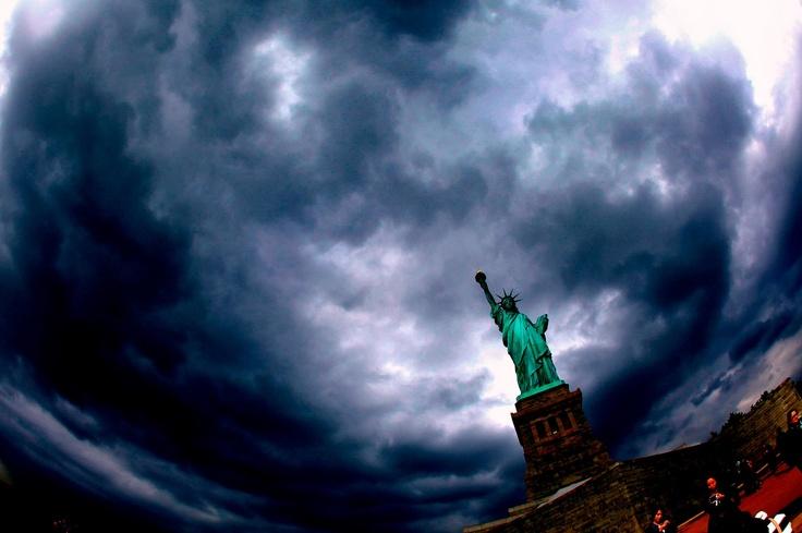 """La Estatua de la Librtad """"en el ojo del Huracán"""" #Sandy via @Milenio"""