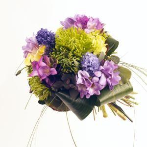 un ramo tranquilo y compacto de flores preciosas con fresias jacintos y crisantemos bourguignon