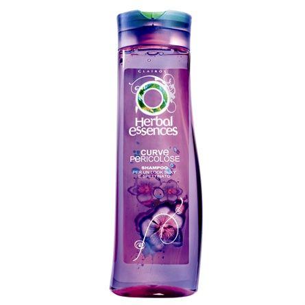 """Shampoo Curve Pericolose, uno shampoo che rende i capelli mossi e definiti grazie a tre ingredienti perfettamente bilanciati tra loro: un polimero lisciante per rendere il capello setoso, un polimero """"voluttoso"""" che dona un tocco di sensualità e degli speciali tensioattivi che puliscono i capelli in profondità. La formula contiene poi stratti di viole selvatiche e melograno.Herbal essences(3.29€)."""