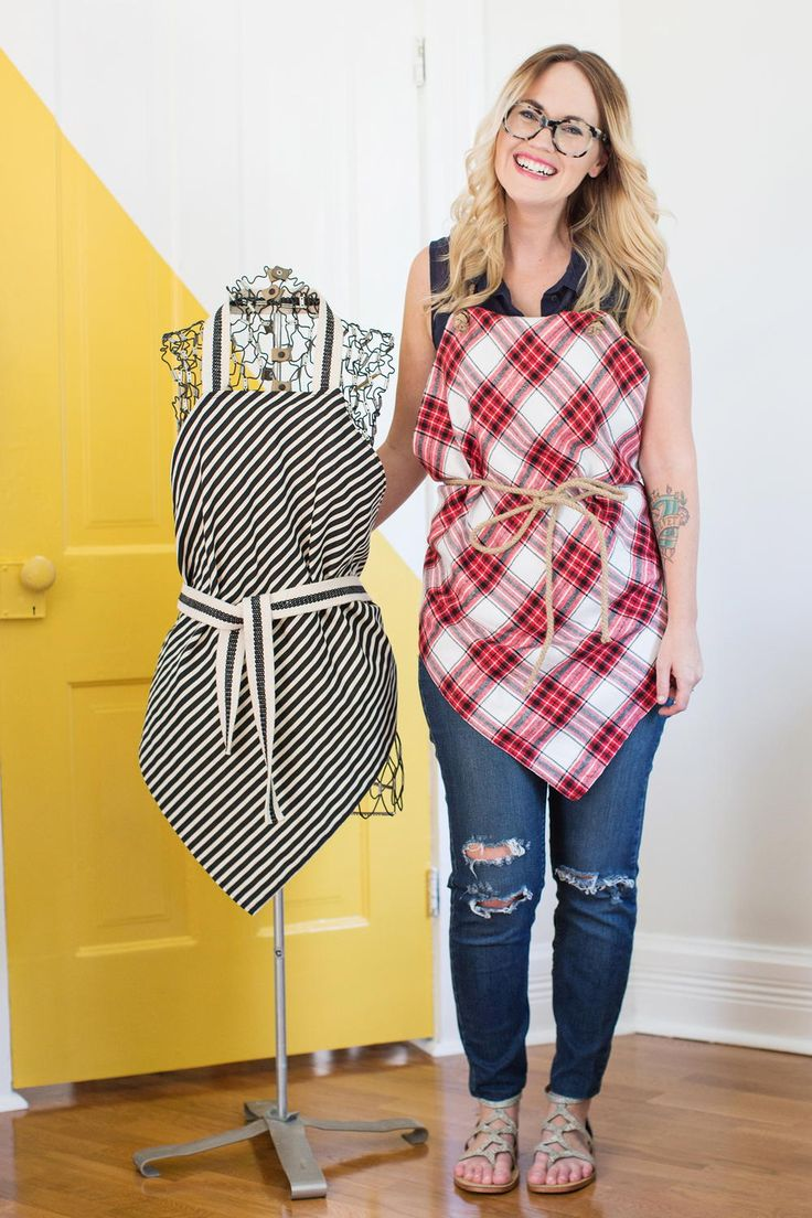 Easy Square Aprons Tutorial | Looking for a beginner sewing project? Then you'll love these quick and easy aprons!