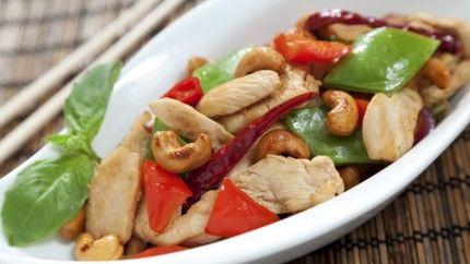 الدجاج بالكاجو الصيني اللذيذ لوجبة الغذاء أو العشاء  Yummy chicken cashew nut for lunch or dinner