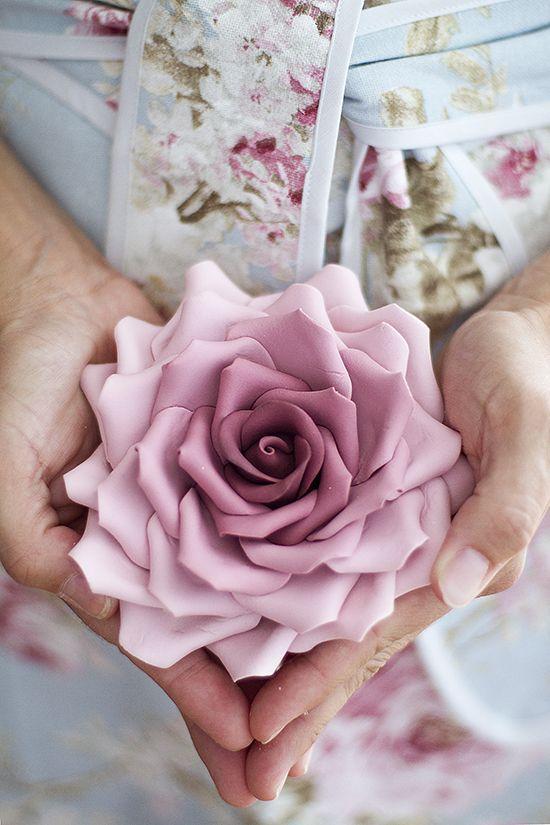 No hay cosa que me gusta más en esta vida que hacer flores de azúcar. Disfruto tanto modelando flores que se me pueden pasar las horas! Siempre que tengo que hacer una o dos flores compro la pasta de flores…