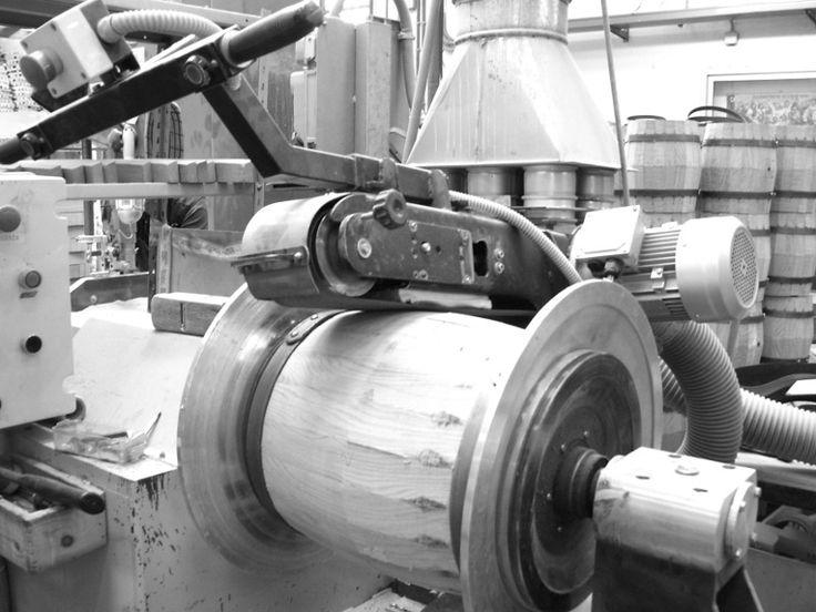 1366 - Carteggiatura al tornio delle botti per una perfetta circolarità dei manufatti. #Botti #Briganti #Bottibriganti
