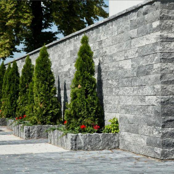 Granit Palisaden granitmauer-blumen-pelagronien-lebensbaeume