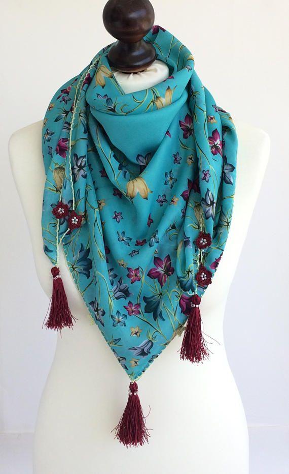 Bufanda de algodón suave floral turquesa boho. Oya Flores crochet con cuentas borlas bufanda oversize Plaza turca bufanda, pareo de verano de algodón, encubrimiento de playa boho, regalo de las mujeres! Bufanda floral colorida ha moldeado borlas ribete. Yazma/yemení es una tela de algodón tradicional turco con patrones únicos. Este pañuelo cuadrado boho puede utilizarse como envuelto alrededor del cuello. ¡Usted tendrá un accesorio complementario oriental! Bordes crochet y borlas con cue...