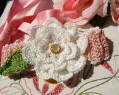Fascia rosa per neonata eseguita a mano all'uncinetto con un fiore bianco applicato : Moda bebè di i-pizzi-di-anto