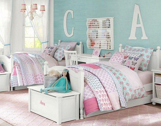 déco chambre fillettes - literie patchwork multicolore, peinture murale turquoise clair et tapis rose layette