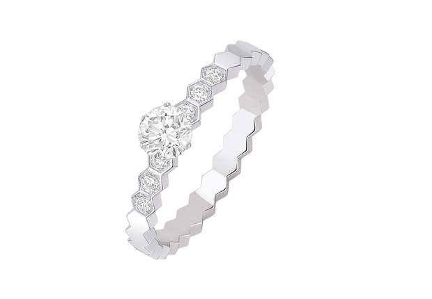 Or blanc et diamantsBague en or blanc serti de diamants taille brillant. Modèle 082244, Chaumet, 3 420 €.