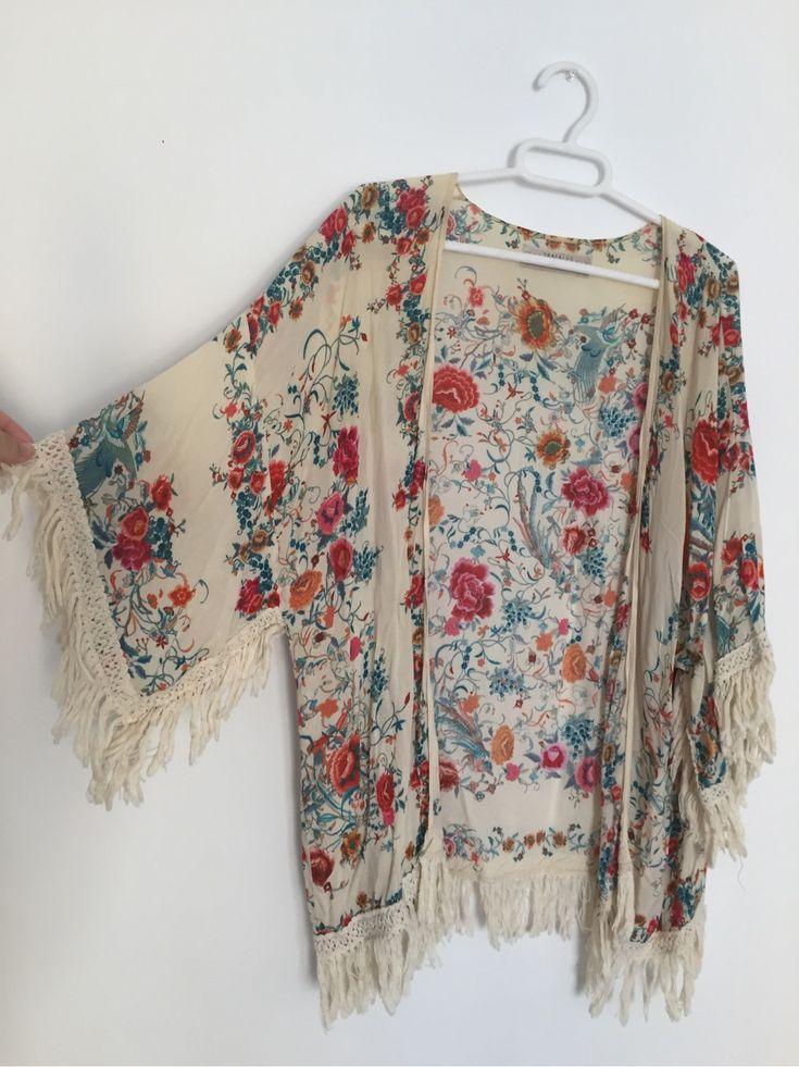 Espectacular kimono de Zara con dibujo de flores tipo mantón de Manila. Flecos en manga.