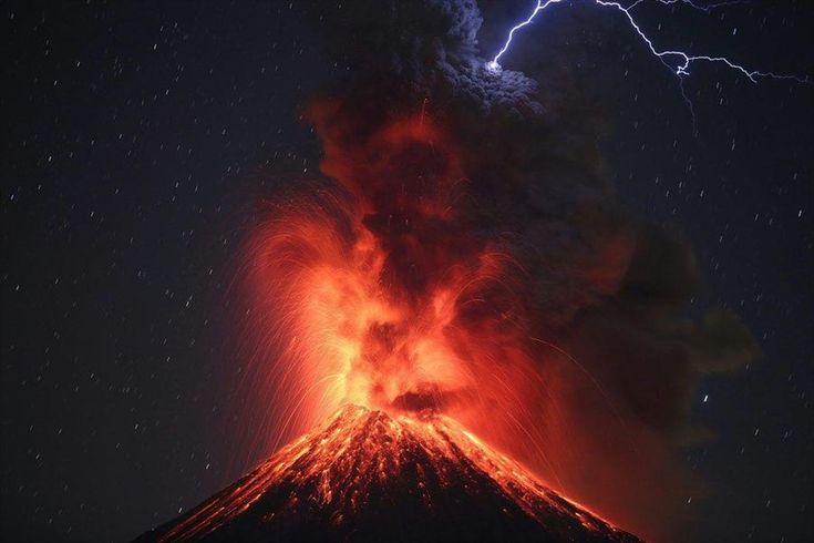 Μεξικό: «Βρυχάται» και πάλι το ηφαίστειο Κολίμα. Στιγμιότυπο από την έκρηξη του ηφαιστείου Κολίμα, γνωστό και ως «ηφαίστειο της φωτιάς», στο νοτιοδυτικό Μεξικό. Το Κολίμα θεωρείται ένα από τα σημαντικότερα και πιο επικίνδυνα ηφαίστεια του πλανήτη, με τους ειδικούς να ανησυχούν για κάποια ενδεχόμενη μεγαλύτερη έκρηξη.
