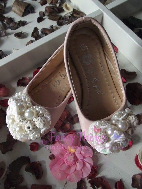 Ballerina's met kanten hart bedekt met parels.