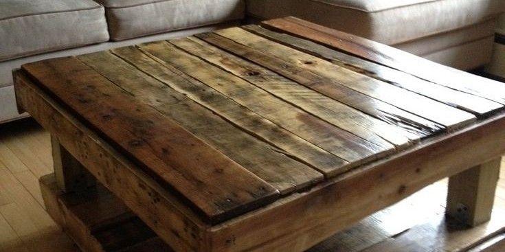 Robusta mesa central hecha de palets reciclados