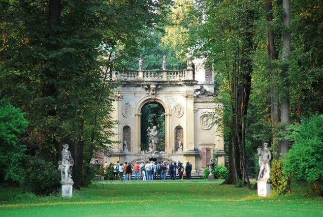 Villa Gallarati Scotti, Vimercate (MB): costruita su modello della Villa Reale di Monza, questo bell'esempio di residenza signorile lombarda vanta affreschi settecenteschi e uno splendido giardino con parco all'inglese, viale dei tigli e tempietto barocco di Nettuno.