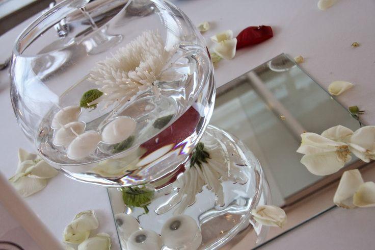 Pecera con base de espejo, velitas flotantesy pompón blanco #decoración #bodas #mesas