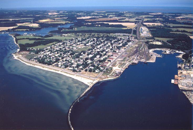 Capo Charles (ing.: Cape Charles) è il capo settentrionale delimitante lo stretto che separa la baia di Chesapeake dall'Oceano Atlantico, di fronte a quello meridionale, Capo Henry. [1] Si trova nella Contea di Northampton, nello stato della Virginia (Stati Uniti d'America).- Cerca con Google