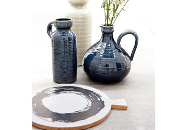 Mooie vazen en flessen in diverse basic kleuren van VT Wonen