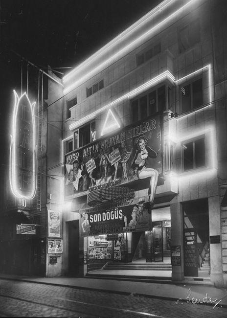 1930'lu yılların sonlarında Beyoğlu Lale Sineması'nın gece görünüşü. Gökhan Akçura Arşivinden.