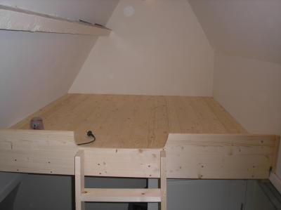 25 beste idee n over kleine slaapkamer op zolder op pinterest kleine zolders slaapkamer op - Hoogslaper met geintegreerde garderobe ...