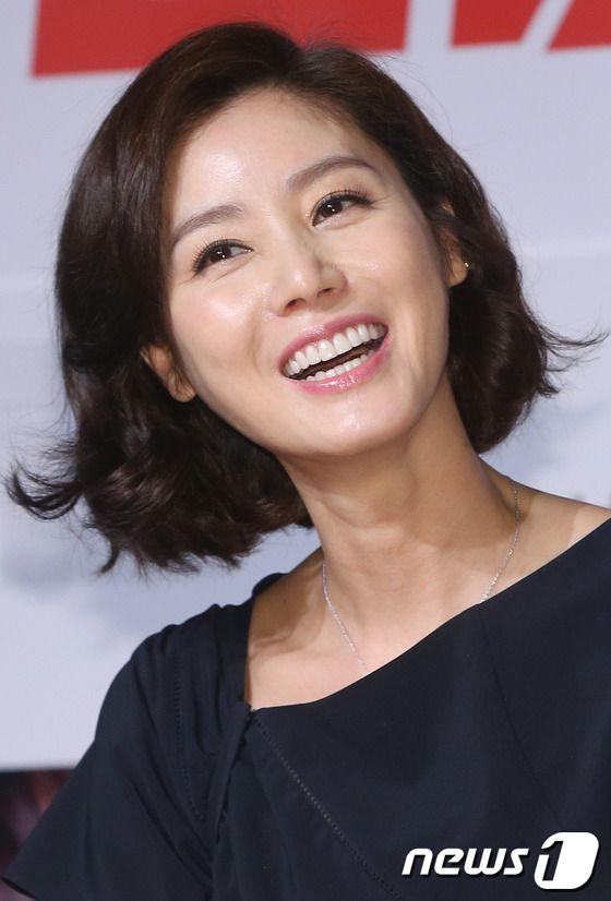 Miss Korea and actress Kim Sung-ryung (김성령).