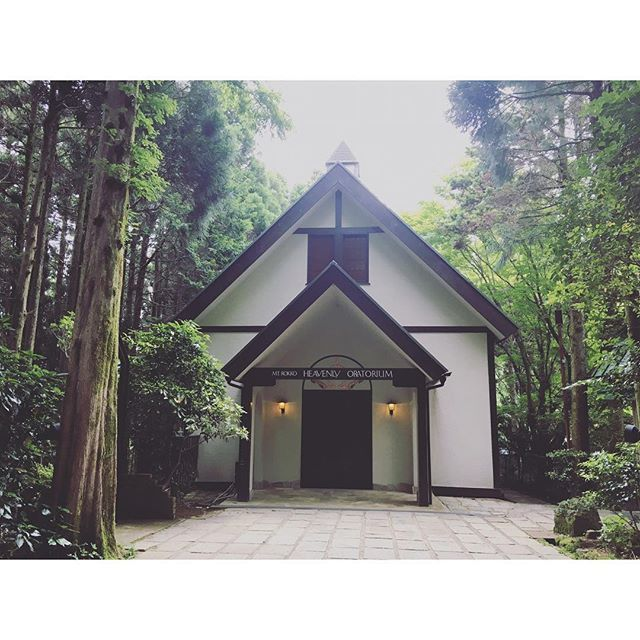 【__.26runrun】さんのInstagramをピンしています。 《⛪️ . . HEVEANLY ORATORIUM . 六甲山の頂上に位置するチャペル . 人前式とキリスト教式があったけど この森の中に佇むチャペルが気に入ったので 私たちはキリスト教式にしました⛪️♡ このクラシックな雰囲気 個人的にとっても大好きです✩ . 近くで見たら雰囲気があって 何だか神聖な気持ちにさせてくれます𓆲 . 当日 ☔︎ にならない事を ひたすら願っています. . . 🌌 ⋆▸◂┄ ▸◂┄▸◂┄▸◂⋆ #招待状 #プレ花嫁  #wedding  #2017春婚  #ちーむ0325  #結婚準備  #ホテルウエディング #神戸》