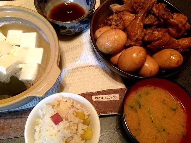 二度目に回収した豆苗は味噌汁へ。 さつまいもはめちゃ甘〜い❤  あと一品が浮かばず、昨日kiyoshunさんのところで見た温泉湯豆腐が頭から離れず湯豆腐に。  温泉湯豆腐食べたい… - 47件のもぐもぐ - さつまいもご飯•手羽元のさっぱり煮•湯豆腐•さつまいもと豆苗の味噌汁 by natsxxx
