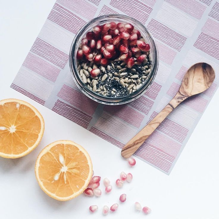 Frühstücksbrei mit 1 EL Haferflocken, 1 EL weizenkleie, 1 EL chia, 1 EL Sonnenblumenkernen und 1 TL kokosöl. Mit heißem Wasser aufgießen, ne halbe Orange drüber quetschen, wenn du magst noch nen schwups hafermilch und genießen!